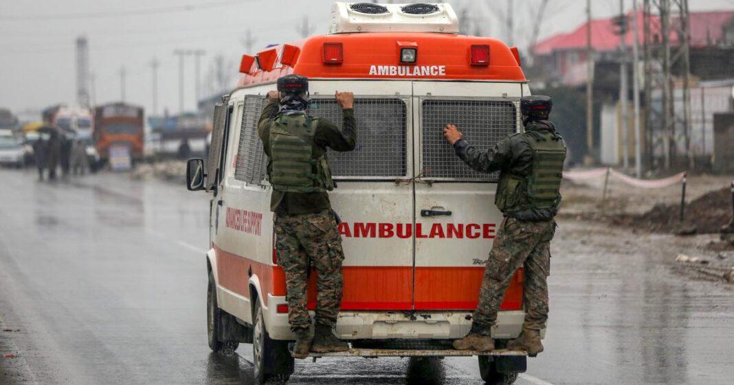 पुलवामा में आतंकियों ने किया ग्रेनेड हमला, तीन नागरिक घायल