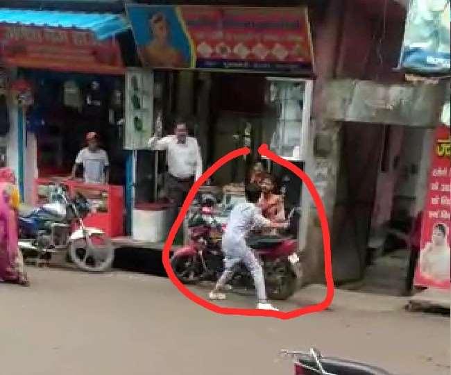 Moradabad: सरेराह चाकू से गोदकर की हत्या, देखे वीडियो