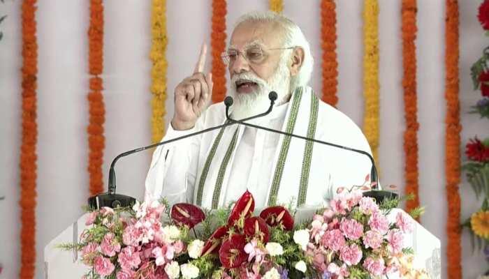 PM Modi Aligarh Visit: जनता से संभोदित करते हुए PM मोदी ने की CM योगी की तारीफ