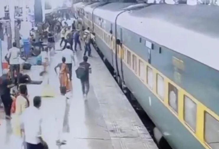 Lucknow: पैर फिसलने से बच्चे सहित पटरी पर गिरी मां, गुजरी 4 बोगियां, फिर हुआ कुछ ऐसा लोग रह गए दंग..